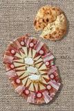 Блюдо Meze закуски смачное и сорванный комплект хлебца Flatbread на отбеленном фоне холста джута Стоковое Фото