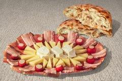 Блюдо Meze закуски смачное и сорванный Flatbread комплект хлебца на отбеленном фоне холста джута Стоковые Фотографии RF