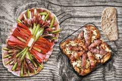 Блюдо Meze закуски смачное при зажаренные семенить хлебцы мяса Cevapcici и бедренные кости цыпленка, который служат на старом тре Стоковое Изображение