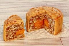 Блюдо Mooncake заполняя 5 семя и соль eggs на древесине Закройте вверх по фокусу Стоковое Фото