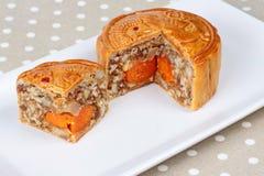 Блюдо Mooncake заполняя 5 семя и соль eggs на древесине Селективный фокус Стоковые Изображения RF