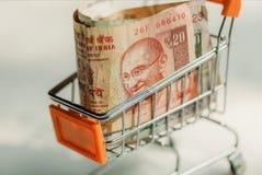 Вагонетка в супермаркете вполне индийских банкнот Селективный фокус на портрете Махатма Ганди на валюте Индии стоковое изображение