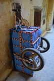 Вагонетка груза на переулках Medina в Fez, Марокко Стоковые Изображения