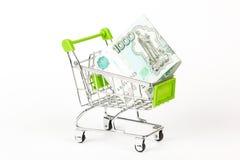 Вагонетка еды, полная банкнот русского 1000 на белом backgro стоковое изображение rf