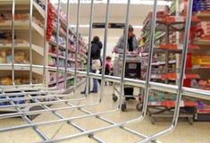 Вагонетка корзины острова супермаркета Стоковая Фотография