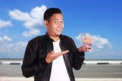 Вагонетка покупок владением человека, концепция электронной коммерции стоковая фотография rf