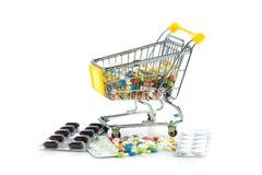 Вагонетка покупок при пилюльки изолированные на белой предпосылке Стоковые Фото