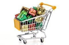 Вагонетка супермаркета заполненная с подарками стоковая фотография rf