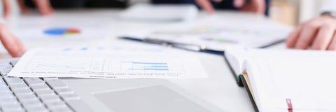 Важная бумажная ложь на таблице с группой в составе коллеги Стоковые Изображения