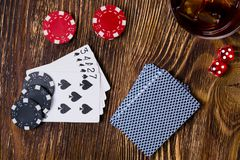 Важная игра покера и кости на деревянной предпосылке Стоковые Фотографии RF