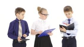 Важная маленькая дама дела проверяет отчеты ее мальчиков подчиненных акции видеоматериалы
