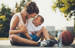 Важно потратить время с ребенком снаружи в игре стоковое изображение rf