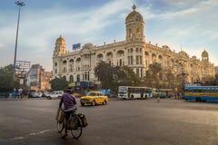 Важный ориентир ориентир транспортной развязки города на Chowringhee Dharamtala пересекая Kolkata с колониальными зданиями наслед стоковое изображение