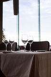 Ваза бокала и цветка на таблице ресторана Стоковое Изображение RF