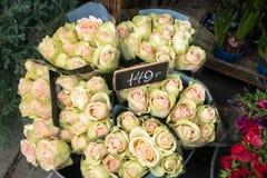 Ваза букетов розы пинка с ценником в улице стоковое фото
