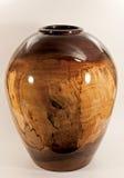 Ваза грецкого ореха повернутая на деревянный токарный станок стоковые изображения rf