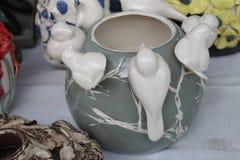 Ваза искусства оформления птицы керамическая Стоковое Изображение RF