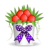 Ваза коробки букета пасхи присутствующая с красными яичками и маргариткой цветет Стоковое фото RF