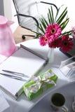 Ваза настоящего момента и цветка на таблице офиса Стоковое фото RF