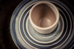 Ваза от свежего колеса ` s гончара twirl поворота глины стоковые изображения