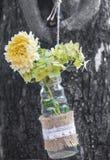 Ваза смертной казни через повешение с цветком Стоковое Фото