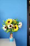 Ваза солнцецветов и голубой предпосылки Стоковое Изображение RF
