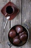 Ваза с зефирами в шоколаде и кофе стоковая фотография rf
