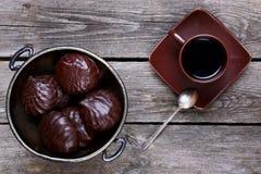 Ваза с зефирами в шоколаде и кофе стоковые фотографии rf