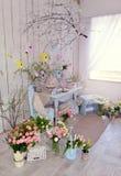 Ваза с розовыми розами и тюльпанами Стоковые Фото