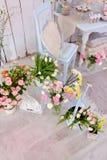 Ваза с розовыми розами и тюльпанами Стоковая Фотография RF