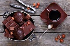 Ваза с шоколадом, гайками и кофе стоковые изображения rf