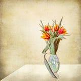 ваза тюльпанов таблицы stil жизни grunge Стоковая Фотография RF