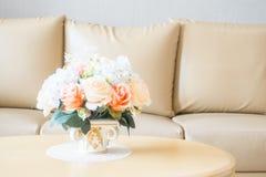 Ваза цветка на украшении таблицы в интерьере района живущей комнаты Стоковая Фотография