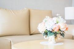 Ваза цветка на украшении таблицы в интерьере района живущей комнаты Стоковое Изображение