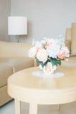 Ваза цветка на украшении таблицы в интерьере района живущей комнаты Стоковая Фотография RF