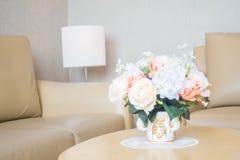 Ваза цветка на украшении таблицы в интерьере района живущей комнаты Стоковые Изображения