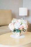 Ваза цветка на украшении таблицы в интерьере района живущей комнаты Стоковые Фотографии RF