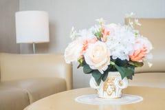 Ваза цветка на украшении таблицы в интерьере района живущей комнаты Стоковое Фото
