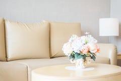 Ваза цветка на украшении таблицы в интерьере района живущей комнаты Стоковое Изображение RF
