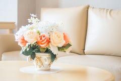 Ваза цветка на украшении таблицы в интерьере района живущей комнаты Стоковое фото RF
