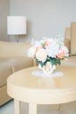 Ваза цветка на украшении таблицы в интерьере района живущей комнаты Стоковые Фото