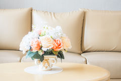 Ваза цветка на украшении таблицы в интерьере района живущей комнаты Стоковые Изображения RF