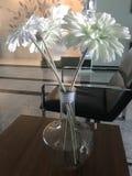 ваза цветка docorating в живущей комнате Стоковые Фото