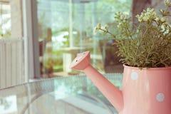 Ваза цветков украшенная на таблице зеркала на живущей комнате Стоковая Фотография RF