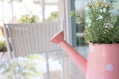 Ваза цветков украшенная на таблице зеркала на живущей комнате Стоковые Изображения