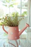 Ваза цветков украшенная на таблице зеркала на живущей комнате Стоковые Изображения RF