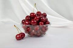 Ваза Lass с большими красными вишнями Стоковая Фотография
