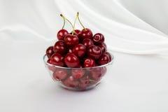 Ваза Lass с большими красными вишнями Стоковая Фотография RF