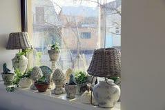 Вазы и лампы на windowsill в комнате Стоковое Изображение