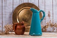 2 вазы и старой плита для винтажной предпосылки Стоковое Изображение RF